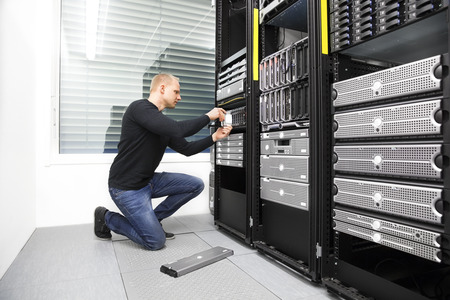 IT-Berater ersetzen Festplatte im Rechenzentrum