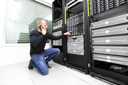 IT consultant calling support in datacenter Archivio Fotografico