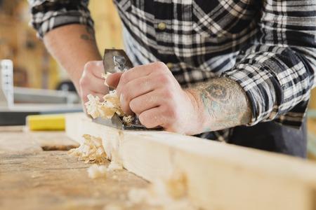 平面に木材の加工ワーク ショップで扱う職人のクローズ アップ。