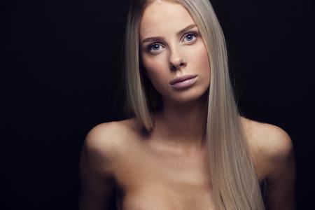 junge nackte m�dchen: Sch�ne junge blonde Frau mit blonden Haaren. Natur und Licht Studio retuschiert Potrait. Lizenzfreie Bilder
