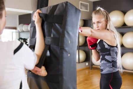 blonde yeux bleus: Des femmes sûres et ciblées de boxe dans la paire. Sparring exercice à la salle de fitness. Banque d'images