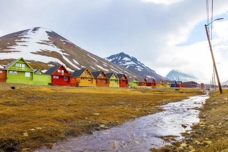 Kleurrijke houten huizen in Longyearbyen op Spitsbergen. Zomer in de arctische omgeving van Longyearcity