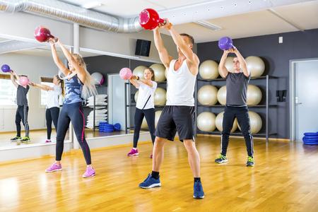 Equipo enfocada entrena con pesas en el gimnasio de fitness Foto de archivo - 74014630