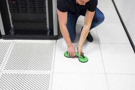 Engineer Levantamiento de azulejos de piso con ventosas de vacío en Datacen