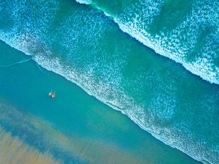 vue de dessus d & # 39 ; une belle plage avec des gens en thaïlande