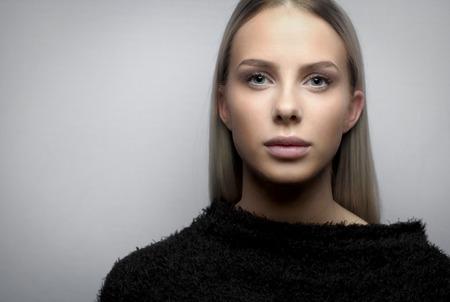Portrait d'une jeune femme blonde avec veste fury