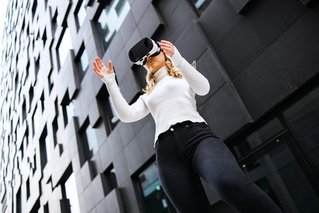 Woman Wearing Virtual Reality Glasses In City Imagens