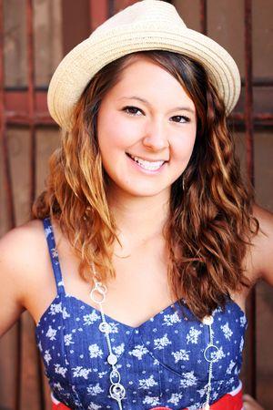 かわいい微笑の女の子は帽子をかぶっています。 写真素材 - 7506953