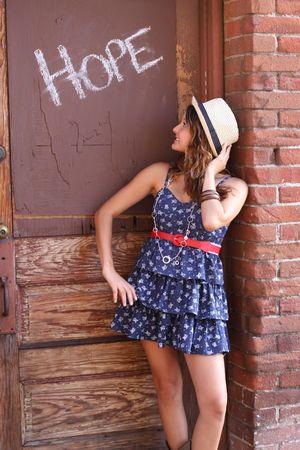 誰かが言葉を書いていたドアの近くの路地で立っている女の子 写真素材 - 7506950