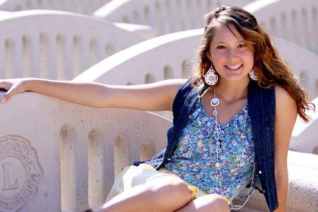 かわいい女の子、ベンチでリラックス 写真素材 - 7506845
