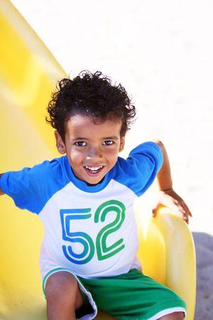 かわいい小さな男の子は、幸せと公園で、スライド上で楽しんで。 写真素材 - 7507419