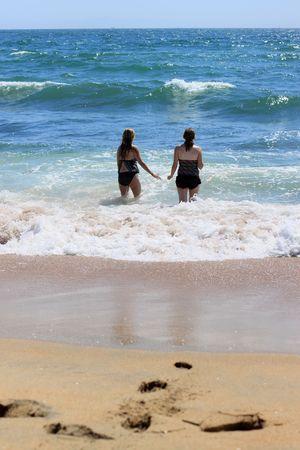 泳ぎに海に向かう若い女性 2 人。 写真素材 - 7507423