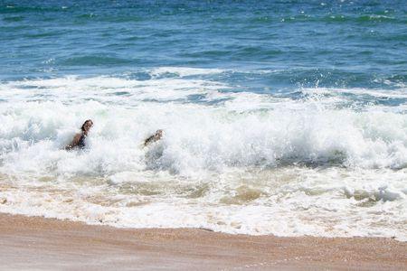 2 つの若い女性、ビーチで波に抜かれます。 写真素材 - 7507432