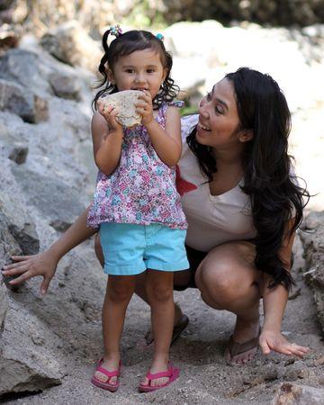 お母さん探していると大きな岩をつかむ少女 写真素材 - 7507378