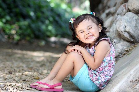 非常に大きな笑みを浮かべて少女 写真素材 - 7507401