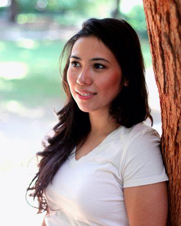 木の屋外の近くに立ってかなり若い女性 写真素材 - 7506956