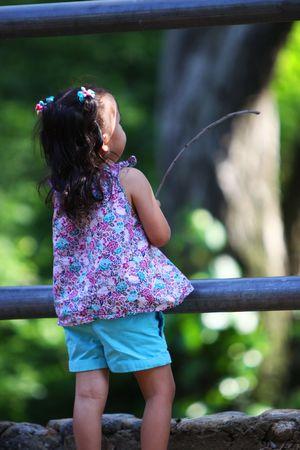 少女が公園で釣りをするふりをしています。 写真素材 - 7511687