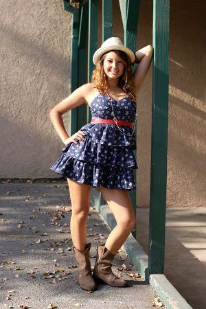 笑顔と幸せの建物の後ろの外かなりブルネットの少女。 写真素材 - 7507422