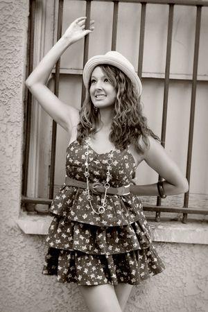 可愛い女の子で、バーを持つウィンドウの近くに立って見上げる幸せ、バーのいずれかの上に保持します。 写真素材 - 7507407