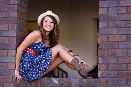 カットアウトのウィンドウの上に座ってきれいな若い女の子。 写真素材 - 7507417