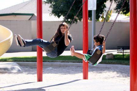 ママと彼女の息子は、明るく晴れた日の公園でブランコに。 写真素材 - 7537623