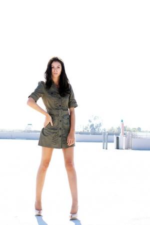 空駐車場構造で屋外に立っている女の子