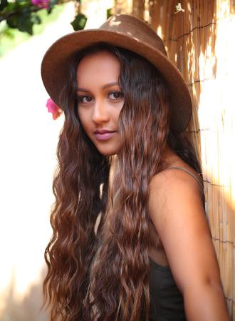 帽子で長い髪のかわいい女の子