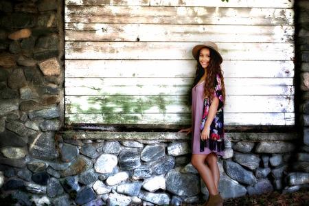 腐りかけの壁によって女の子 写真素材 - 65504055