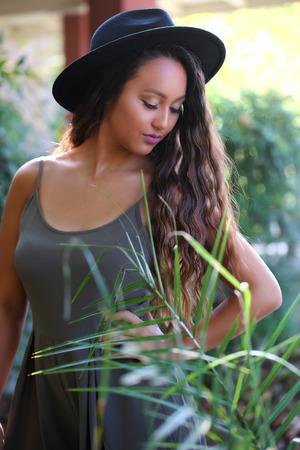 庭の帽子の女の子