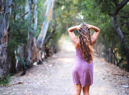 先歩道を見て女の子