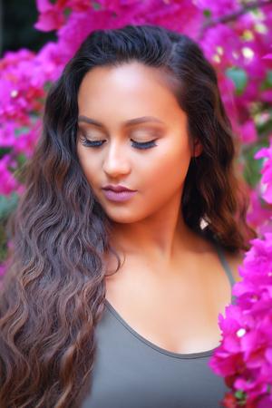 ピンクの花の中で立っている女の子 写真素材 - 65503981