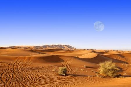 Dunas de arena y la Luna en el desierto de Dubai Foto de archivo