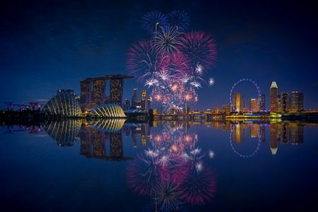 fuegos artificiales: Fuegos artificiales sobre la bahía de Marina en Singapur en Rehersal Nacional días
