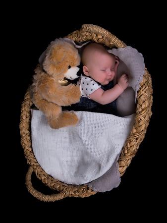 oso de peluche: Tiro del estudio de un ni�o reci�n nacido para dormir Foto de archivo