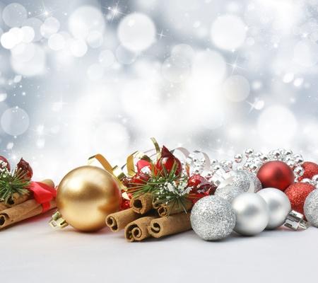 weihnachten zweig: Dekorationen auf einer glitzernden Weihnachten Hintergrund mit Sternen und Bokeh Lichter