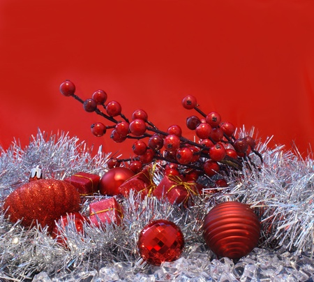 christmas berries: Natale bacche, baubles e regali su uno sfondo rosso