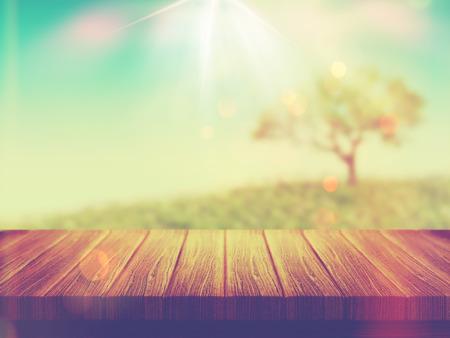 arbre paysage: 3D rendent d'une table en bois avec un paysage d'arbres dans le fond avec effet vintage