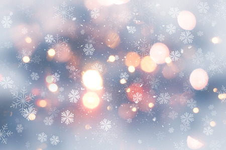sapin neige: Décoratif Noël fond avec des lumières de neige et bokeh Banque d'images