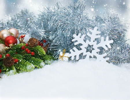 motivos navideños: Enclavado decoraciones de Navidad en la nieve Foto de archivo