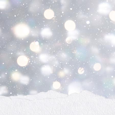 プレゼントのスタックで銀色のクリスマス背景に雪の小山 写真素材 - 48083134