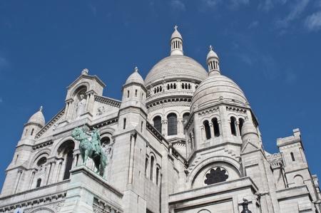sacre coeur: Basilique du Sacré coeur de Jesus de Paris - gros plan sur fond de ciel bleu
