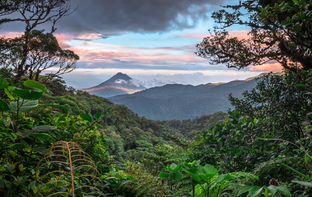 Volcan Arenal dominates the landscape during sunset, as seen from the Monteverde area, Costa Rica. 免版税图像