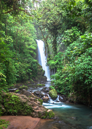 The Templo waterfall as seen among dense jungle vegetation, Costa Rica. Archivio Fotografico