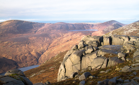 Weathered rock sits on the peak of Slieve Binnian in the Mourne Mountains, Northern Ireland, UK. Archivio Fotografico