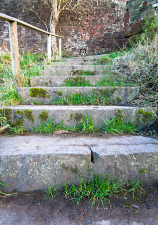 Grass grows in the cracks of old stone stairs on this staircase in Shrewsbury, Shropshire, England. Archivio Fotografico - 120579849