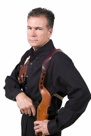 milimetr: Starsza, hansome, białych mężczyzn ubrana w ramię z kabura klip posiadacza rysunek z kabura dziewięć milimetr automatyczną broń. Zdjęcie Seryjne