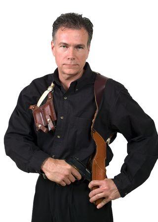 holster: Pareja, guapo, blanco, masculino vestidos de negro sobre un fondo aislado hombro llevaba una funda armado con una pistola autom�tica.