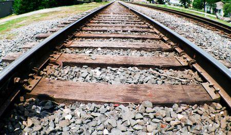 perspectiva lineal: Una foto de una v�a de ferrocarril tomadas con una lente ojo de pez de una perspectiva de cerca el nivel del suelo. Foto de archivo