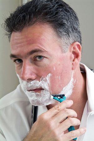 get ready: L'uomo da barba cercando di ottenere pronto per lavorare.