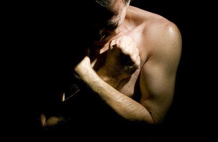 humildad: El hombre con brazos cruzados en su pecho y la cabeza arqueada en una postura de humildad.